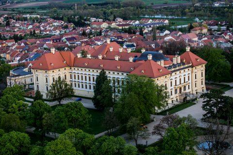 Zámek Slavkov patří mezi největší barokní památky na Moravě