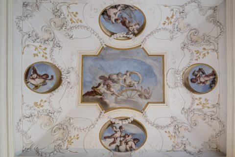 Stropní fresky v zámeckých komnatách