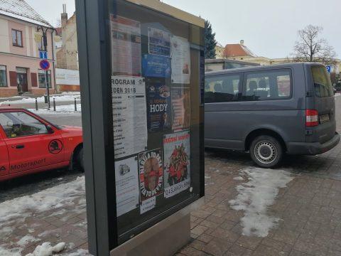 Plakáty jsou povoleny pouze v městských vývěskách. Informace o umístění plakátu poskytne odbor vnějších vztahů.