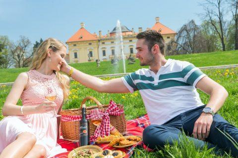 Zámecký park je ideálním místem pro romantický piknik s francouzskou příchutí