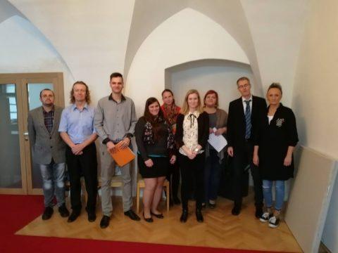 Předsedové komisí a zapisovatelé před otevřením volebních místností