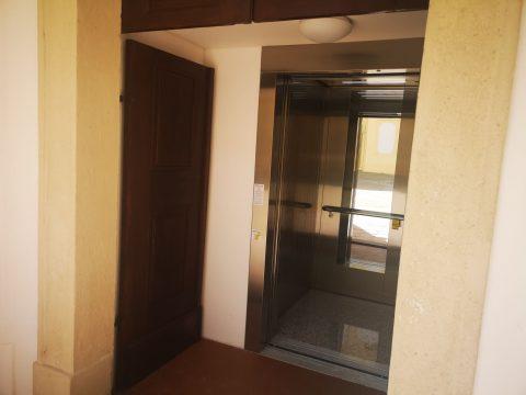 Výtah pro vás zaveze do prvního patra zámku, kde s