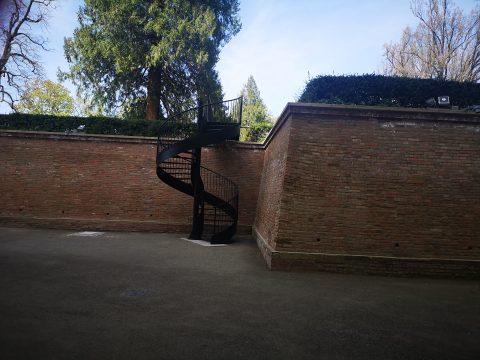 Do valů, restaurace i toalet se můžete dostat pohodlně i z parku po točitých schodech